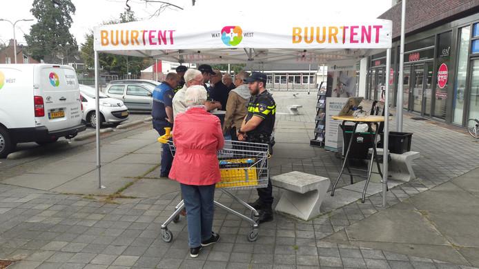 Blaakbewoners kregen bij het winkelcentrum in de Buurtent tips van de politie over hoe ze het inbrekers zo moeilijk mogelijk kunnen maken.