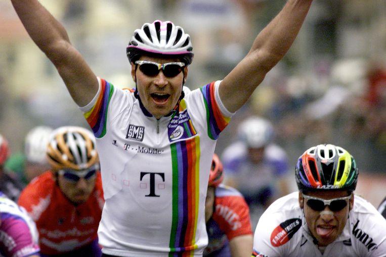 Erik Zabel wint z'n vierde Milaan-Sanremo in 2001.