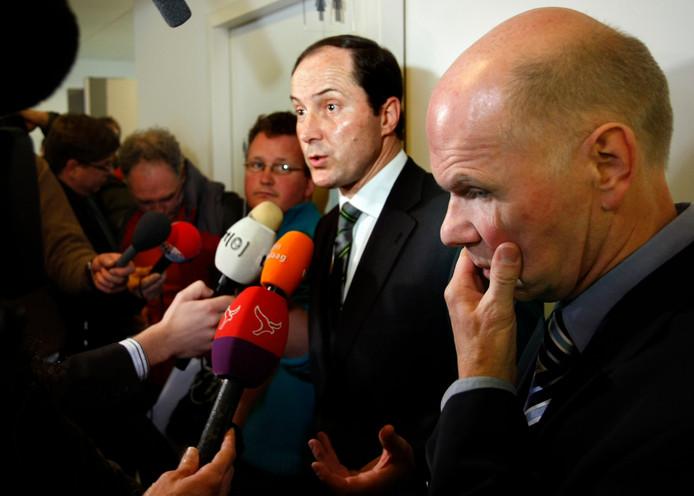 Ernest Louwes (r), veroordeeld in de Deventer moordzaak, na uitspraak van de Hoge Raad in 2008.