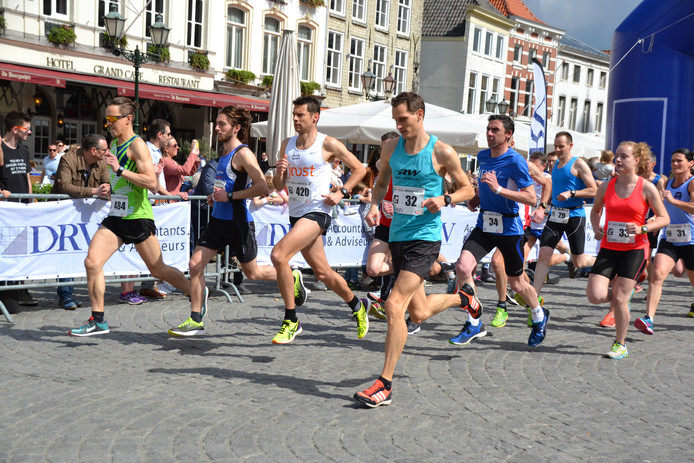 Winnaar Mels Lambregts (tweede van links) met rechts naast hem Martjin de Kok (AV'56) en Tom Huijbern (Scorpio). Rechts Brabants kampioen Sanne van Gils (Spado).