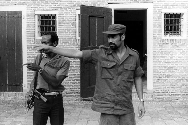 Desi Bouterse deelt ten tijde van de staatsgreep in 1982 orders uit in Fort Zeelandia.  Beeld ANP