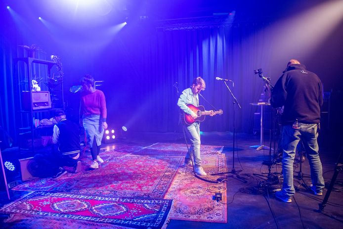 Isolation Sessions, zonder publiek in de Effenaar, met muzikant Woody Veneman.