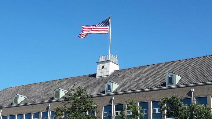 Amerikaanse vlag wappert sinds kort op voormalig belastingkantoor in Terneuzen.