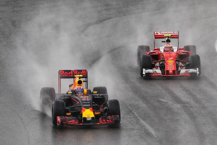 Formule 1-coureurs Max Verstappen van Red Bull en Kimi Raikkonen (R) in actie tijdens de Grote Prijs van Brazilie op het circuit van Interlagos.