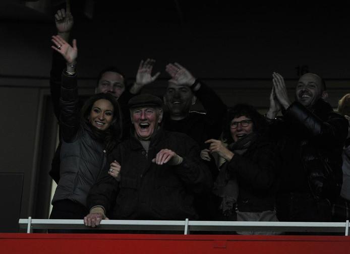 Opa Van Persie op de tribune bij Arsenal, met Robin van Persie's vrouw Bouchra.