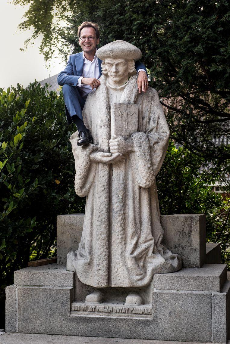 Van Raak bij het standbeeld van Erasmus in Amsterdam.  Beeld Eva Faché