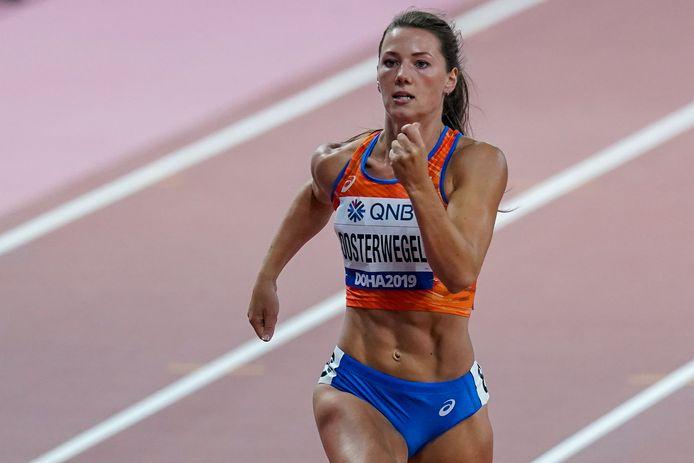 Emma Oosterwegel in actie op de 200 meter sprint.