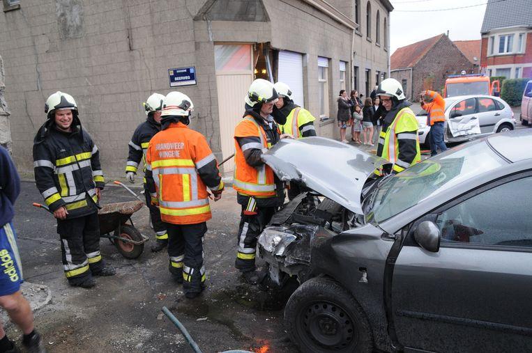 Brandweerlui zien dat de auto van de jongeman rijp is voor de schroothoop.