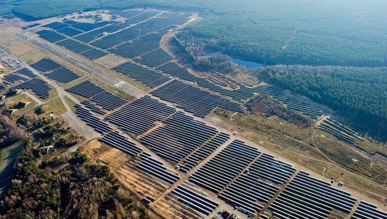 Zo groot als deze zonneweide, 260 'voetbalvelden' vol zonnepanelen bij het vliegveld Finowfurt bij Berlijn, zal het zonneveld van Bergen Energie wel nooit worden. Beeld epa