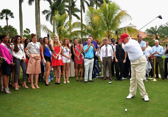 'The Donald' sloeg in januari 2015 een balletje op zijn golfresort in Miami. De kandidates van Miss World waren aandachtige toeschouwers.  Het Miss World-gala werd op het Trump National Doral georganiseerd.