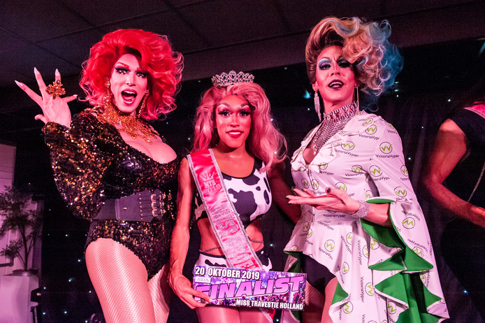 Miss Tipsy Patrón (21,  midden) is de winnares van de verkiezing tot Miss Travestie Groene Hart 2019.