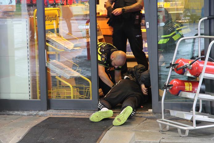 De verdachte overvaller werd in het tankstation vastgehouden tot de politie arriveerde.