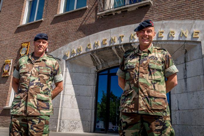 Commandant van het Mariniers Opleidingscentrum Peter Damen (l) en Ben Vlasman, commandant van de Van Ghentkazerne. ,,Onze medisch specialisten worden overal nauw bij betrokken.''