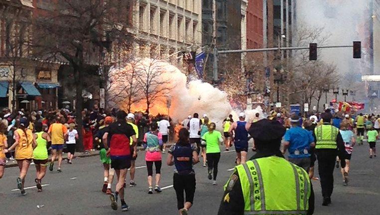 De eerste explosie in Boylston Street. Beeld REUTERS