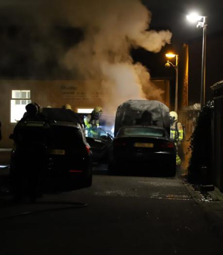 Brand bij autobedrijf in Apeldoorn: meerdere wagens beschadigd