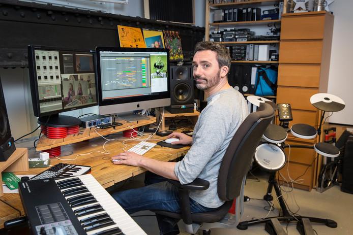 Jeroen Hofs, ook wel Eboman, is specialist in het sampelen van muziek en video.
