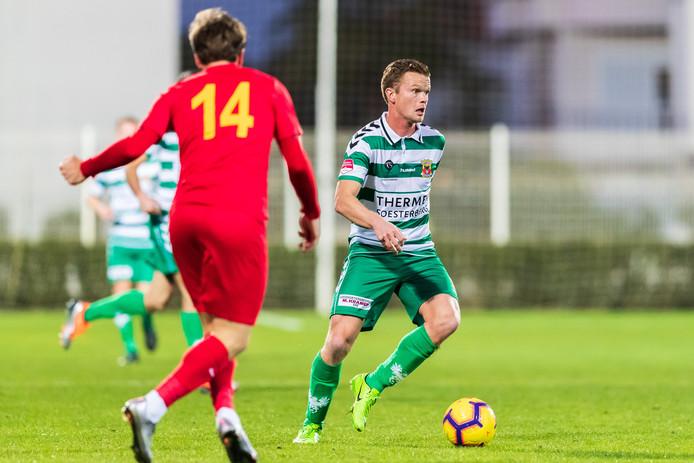 Pieter Langedijk namens Go Ahead Eagles aan de bal. Kayserispor-verdediger Atila Turan kijkt toe.