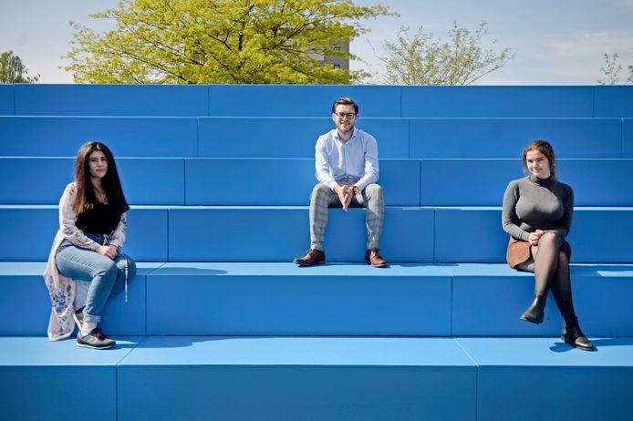 Vlnr: Sefora Tunç, Maxim de Leeuw en Floortje van der Geest. Studentonderzoekers die samen met Tubantia oplossingen tegen eenzaamheid gaan bedenken.