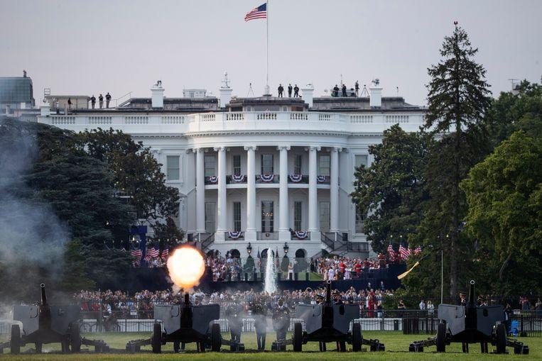 Kanonnen worden afgevuurd voorafgaande aan Trumps toespraak.