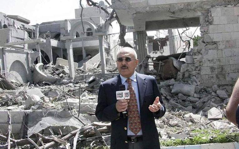 Ex-president Saleh poseert bij door Saoedische bommen verwoeste gebouwen, als de vader die niet vlucht. Beeld The Telegraph