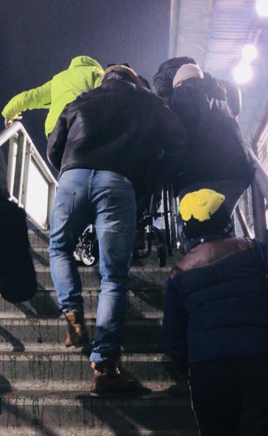 Foto André van den Broek tijdens wedstrijd NAC-Fey zaterdag 3 maart. De rolstoellift in het stadion is stuk. Daarom droegen hij en zijn vrienden hun vriend naar boven.
