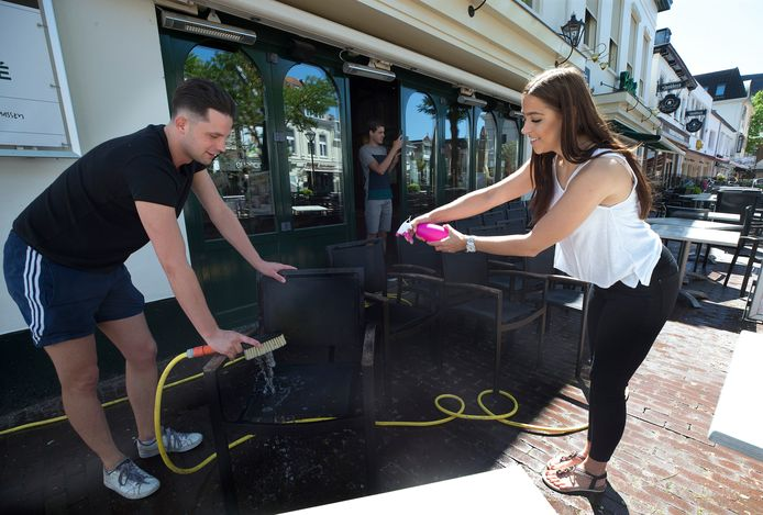 De medewerkers van De Markt inZevenaar zijn druk met het schoonmaken en inrichten van het terras