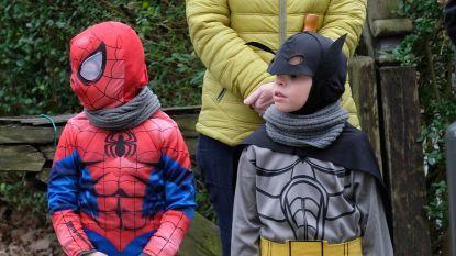 Spiderman én Batman genieten van carnavalsstoet in Mortsel
