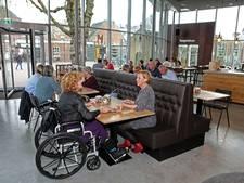 Tafelen tussen museum en theater bij Over de Tong in Roosendaal