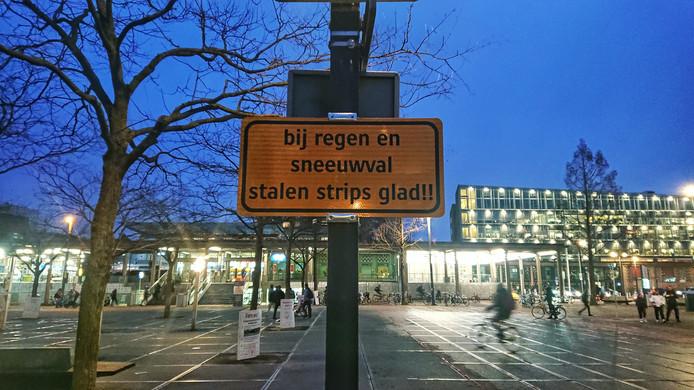 Waarschuwing metalen strips Stationsplein Enschede