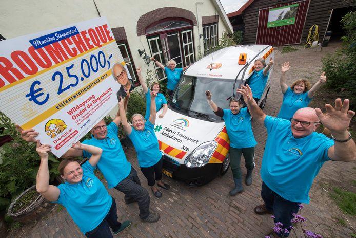 Wildopvang Onder De Regenboog is blij met nieuwe auto én de cheque die ze ontvingen.