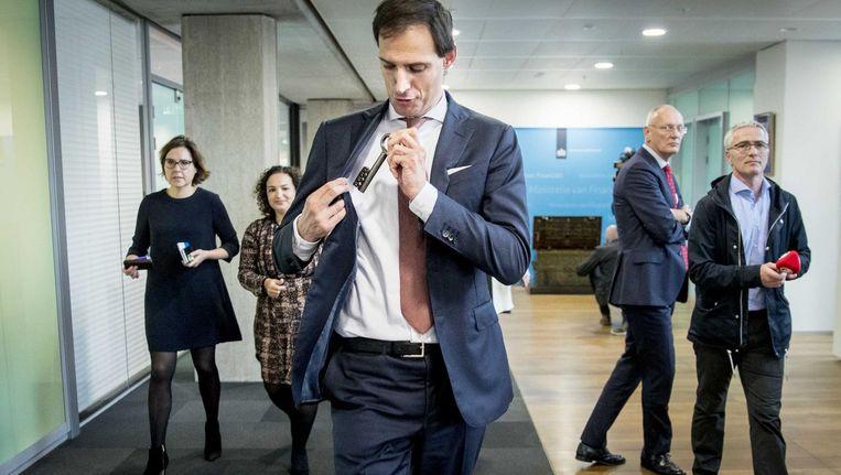 CDA-minister Wopke Hoekstra met de symbolische sleutel van 's rijks schatkist op het departement van Financiën Beeld ANP