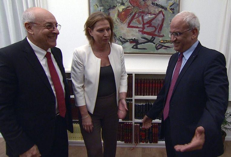 Tzipi Livni (midden), de hoofdonderhandelaar van Israël, samen met Saeb Ereket (rechts), haar gesprekspartner aan Palestijnse zijde. Links de Israëlische onderhandelaar Yitzak Molcho. De foto is afgelopen week genomen. Beeld epa