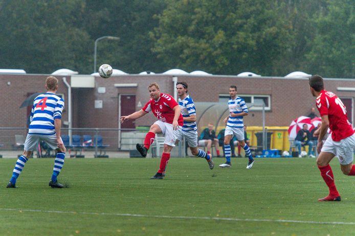 Mel Mijdema (midden) was één van de doelpuntenmakers bij het eindelijk weer eens winnende Hulshorst.