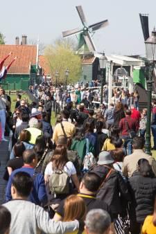 Zorgen om de Zaanse Schans: reuzenklomp is toeristenmagneet