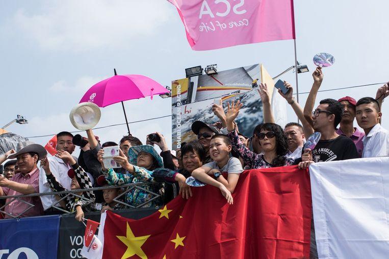 Chinese fans kijken naar boten die vanuit Sanya vertrekken voor de Volvo Ocean Race, in februari. Beeld anp