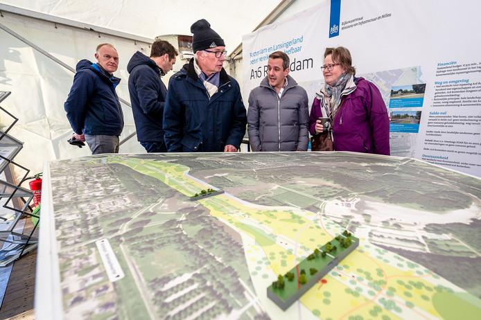 Omwonenden Bram Roodenburg (links) en Sandra van der Lubbe(rechts) bekijken de maquette van de plannen voor hun buurt.