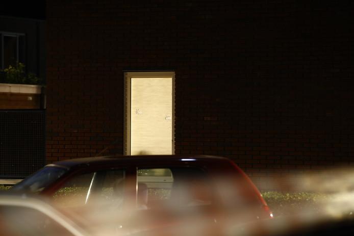 Twee kogelgaten in de ruit van een woning vlakbij de plek waar de schietpartij plaatsvond.