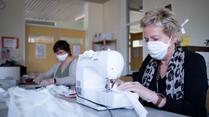 """Leerkrachten Groenlaar maken meer dan duizend mondmaskers: """"Onszelf en anderen zo veel mogelijk beschermen"""""""