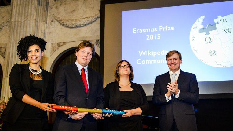 In 2015 rijkte koning Willem-Alexander de Erasmusprijs uit aan de Community van Wikipedia, de online-encyclopedie waar het boek van Lynch mee eindigt. Beeld anp