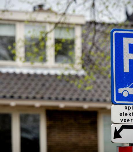 Zorg om 'laadpaalexplosie' in Doesburg: waar laat je ze zonder het straatbeeld aan te passen?