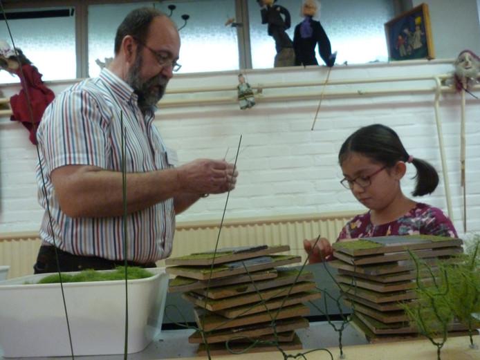 Jan van Berkensteijn bij de workshop 'boompje bouwen' voor kinderen.