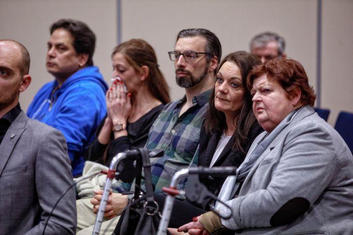 Slachtoffers van de Tilburgse chroom-6-affaire, hier tijdens de presentatie van de financiële tegemoetkoming door de gemeente en NS-dochter NedTrain in februari, zeggen al langer dat 'de onderste steen nog niet boven is'. ARCHIEFFOTO DOLPH CANTRIJN