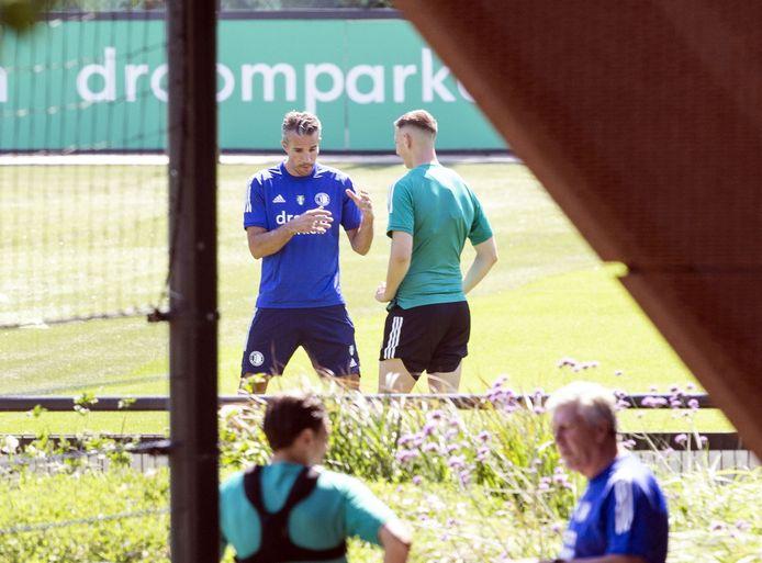 Robin van Persie in gesprek met Robert Bozenik  op het veld van trainingscomplex 1908 bij Feyenoord. De oud-speler van de club voegt zich dit seizoen bij de technische staf van Feyenoord en gaat de spitsen trainen.