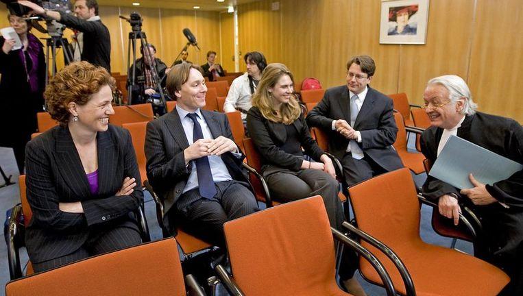 Kathalijne Buitenweg (L), voorzitter van het Clara Wichmannfonds, samen met advocaten Tom Barkhuysen (2eL) en Kaj van Oven (R) vrijdag bij de Hoge Raad in Den Haag. De Hoge Raad bepaalde dat de SGP vrouwen moet toelaten op de kieslijst. Foto ANP Beeld