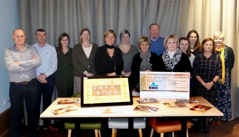 vzw De Korenbloem koopt met de 21.100 euro onder meer belevenis tafels (links).