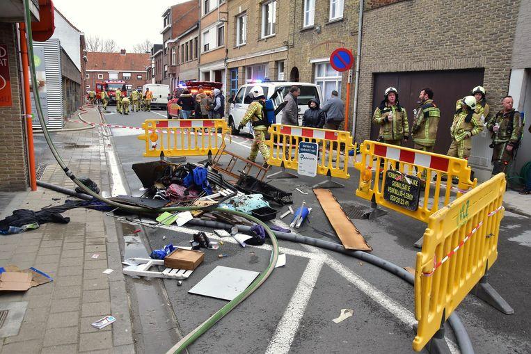 Een hoop spullen uit het vernielde appartement belandden op straat.
