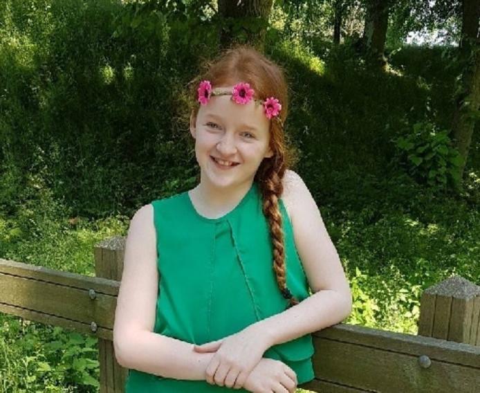 Daphne Zoon (11) uit Fijnaart houdt een bingo voor eenzame ouderen.