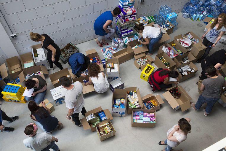 Hulpgoederen voor Bosnië worden ingepakt en verzameld in een loods in Barendrecht. Beeld anp