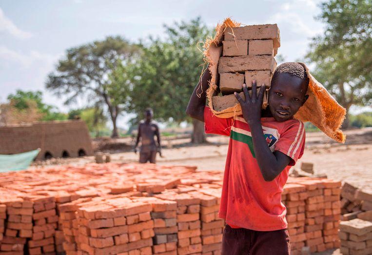 Kinderarbeid in Nyamlell, Zuid-Soedan. Volgens Unicef gaat in dit land 70 procent van de kinderen onder de achttien niet naar school. Beeld AFP