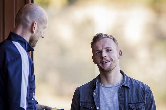 Lennart Thy maakt kennis met zijn nieuwe trainer Jaap Stam.